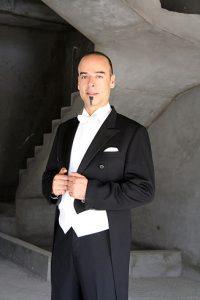 Nader Abbassi chef d'orchestre égyptien dirige Traviata de Verdi à l'Opéra national de Marseille.