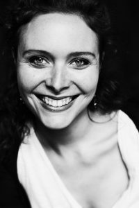 La violoniste Olivia Hughes joue au sein d l'Orchestre de chambre de Paris et dans l'ensemble Smoking Joséphine