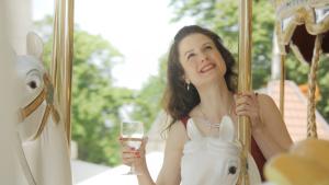 """La soprano Caroline Raybaudi interprète et signe le clip lyrique """"Serins, merles et perroquets, approchez !"""".Photo crédit Sébastien Lane."""