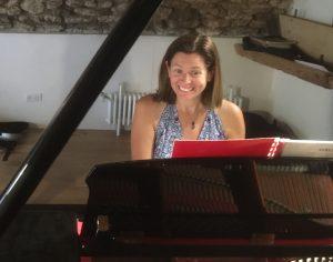 Depuis 2018, à Colonzelle, dans la Drôme,la pianiste Rebecca Chaillot transforme une ferme ruinée en salle de concert.