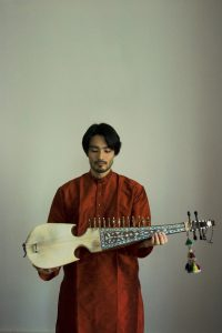 Kengo Saito cithariste japonais spécialisé dans la musique de lInde du nord Photo crédit Marie Pillard