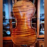 Christian Bayon est un ancien de l'école des Mousses de la Marine nationale avant de devenir luthier à la fin de son premier contrat.