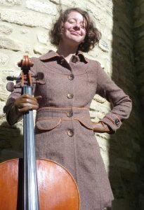 La Canadienne Emmanuelle Dion s'est installée comme luthière à Caromb en Vaucluse. Aux réparation et restaurations elle a ajouté une nouvelle corde à son violon en devant agent d'artisans luthiers.