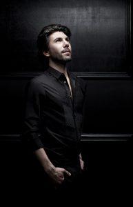 Theophile Alexandre mène une carrière de chanteur qui danse.